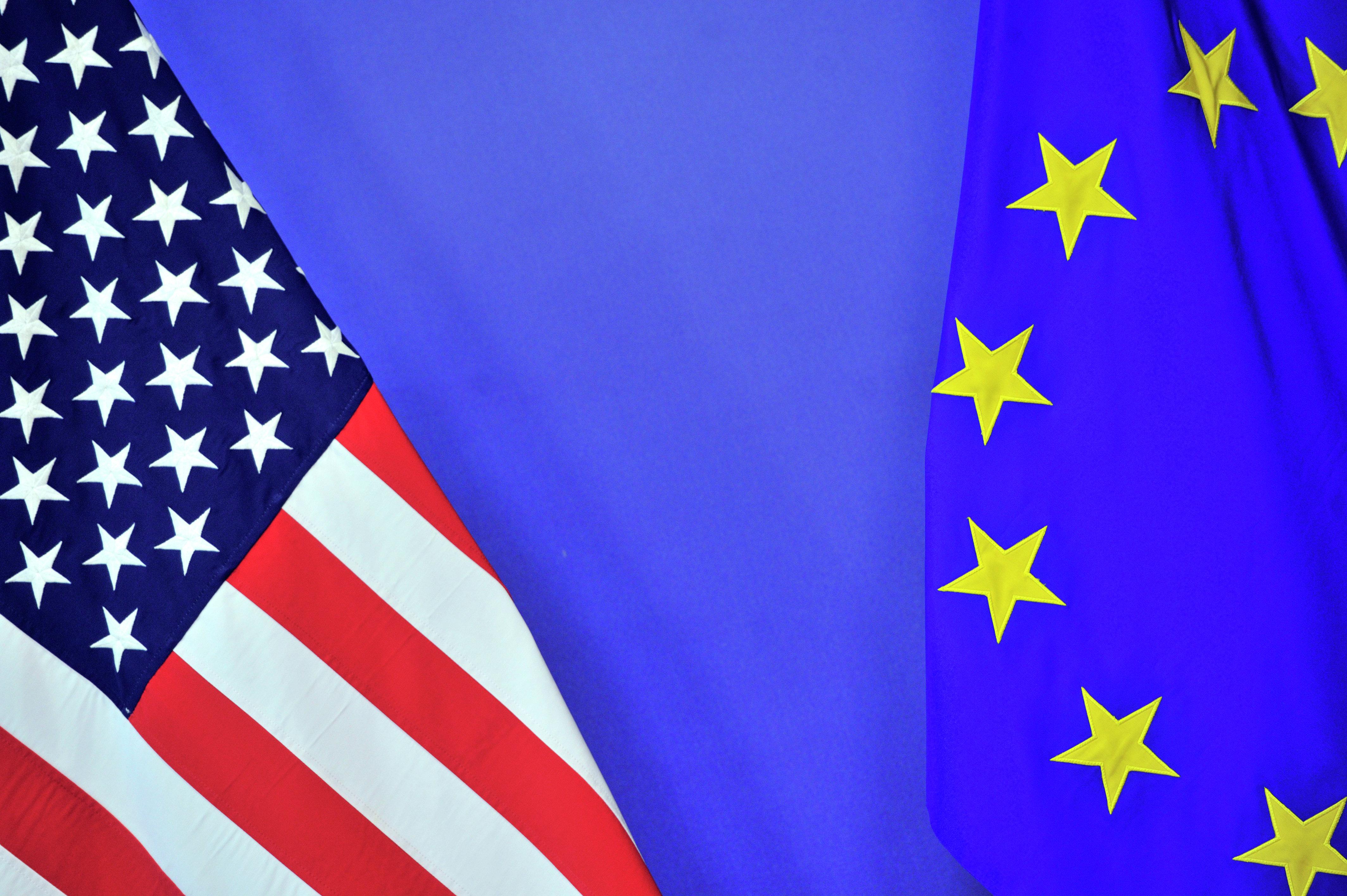 Die Flagge von den USA und der EU