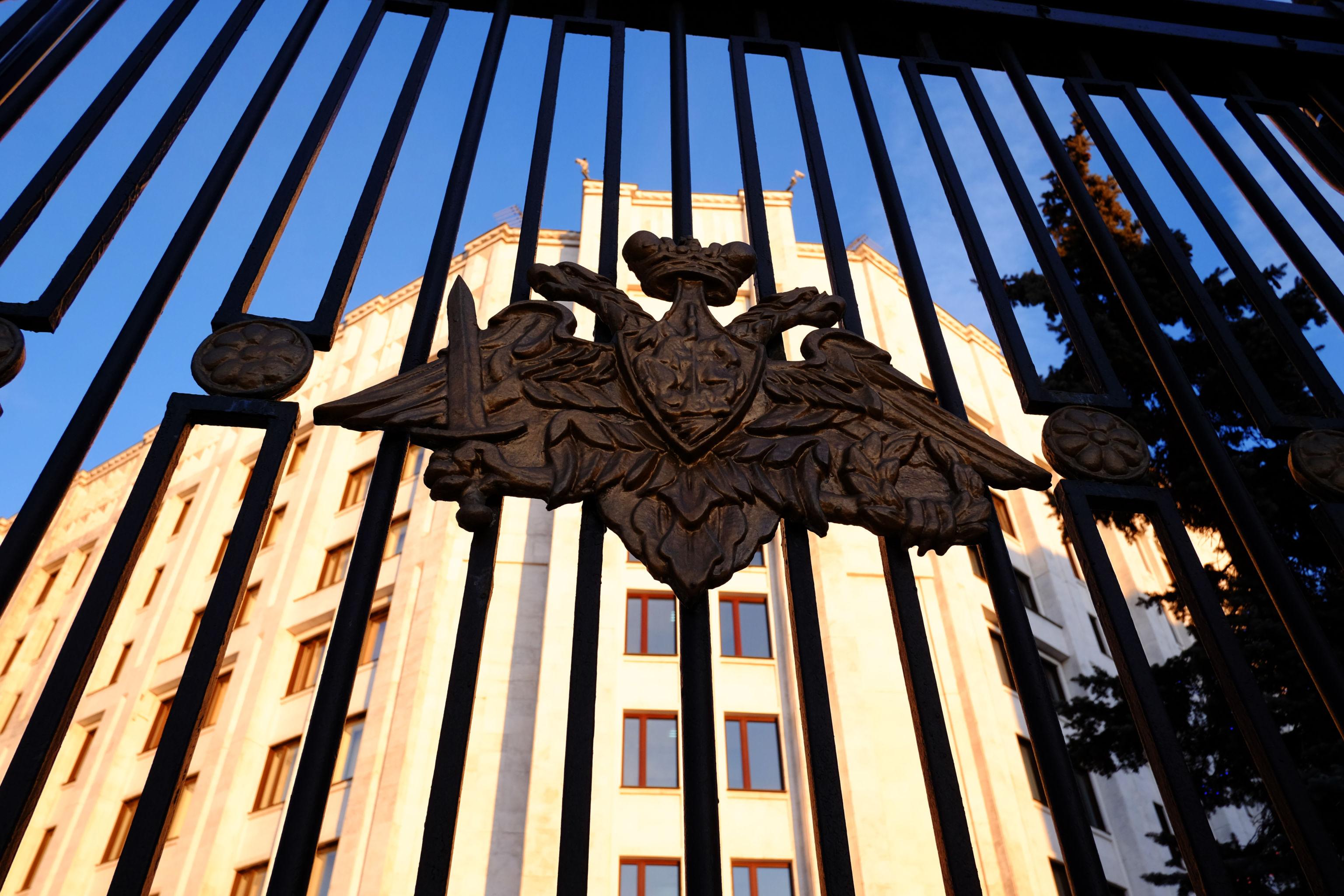 Герб на ограде здания министерства обороны РФ в Москве