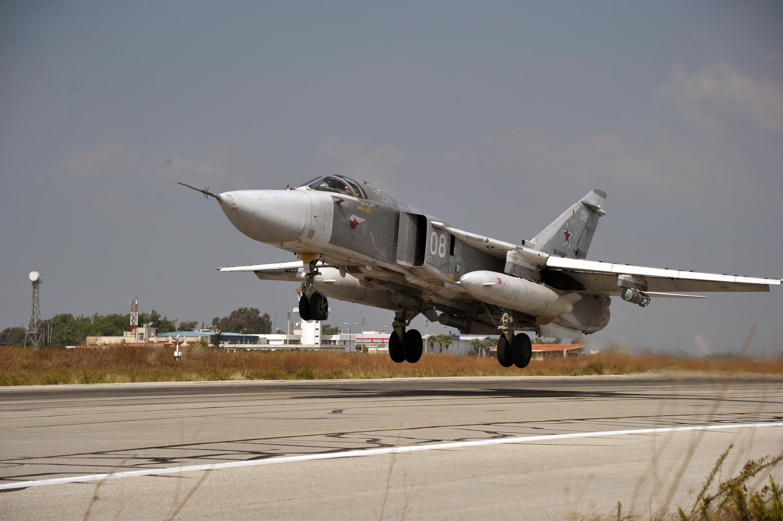 Ein russischer Su-24-Jet startet vom Stützpunkt Hmeimim in der westsyrischen Provinz Latakia