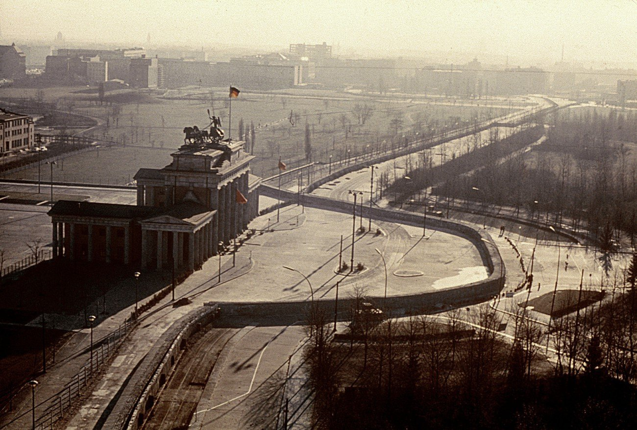 Brandenburg Gate / Arial View / 1962 Berlin, Brandenburg Gate. - Arial view with the Berlin Wall. - Photo, c.1962.