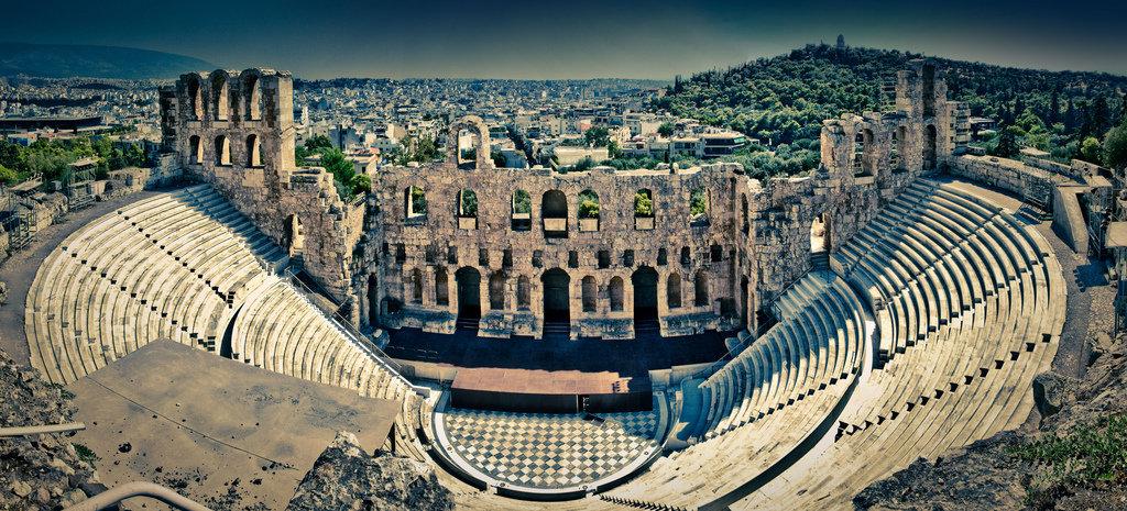 L`Odeon e` stato costriuto in Atene sul fondamento di Acropoli  nel  161 A.D. da  Herodes Atticus,,il filosofo, politico e studioso greco