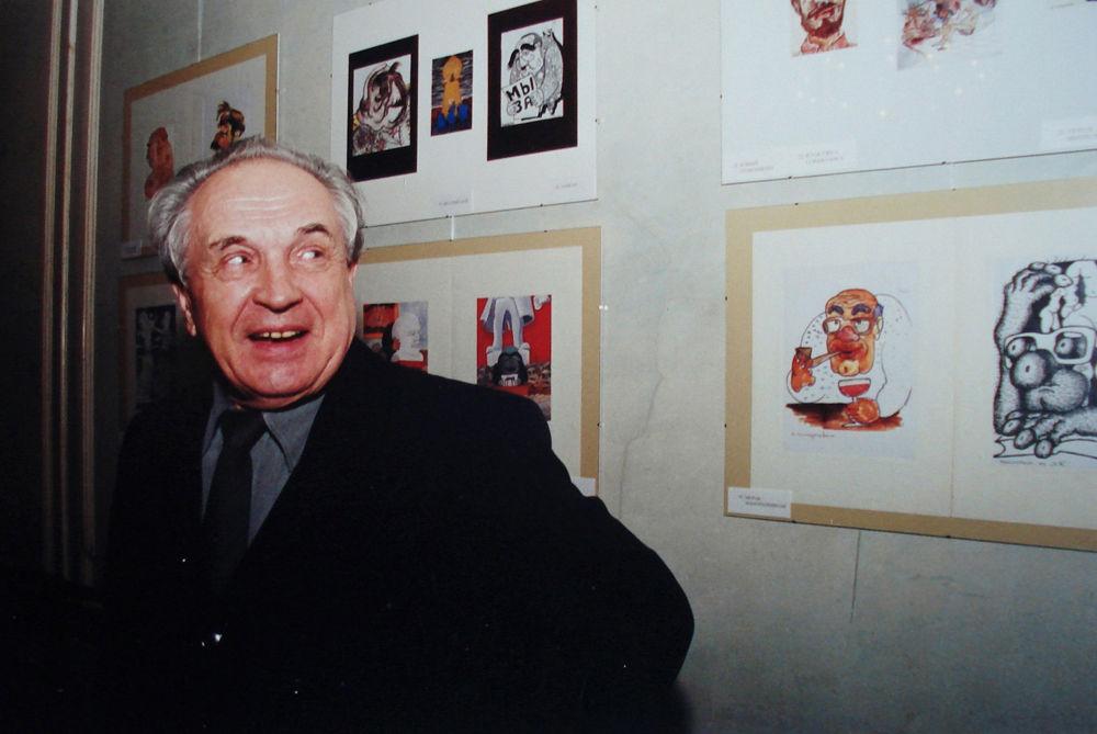 Lo scrittore e filosofo russo Alexandr Zinoviev alla mostra di caricature. 2003
