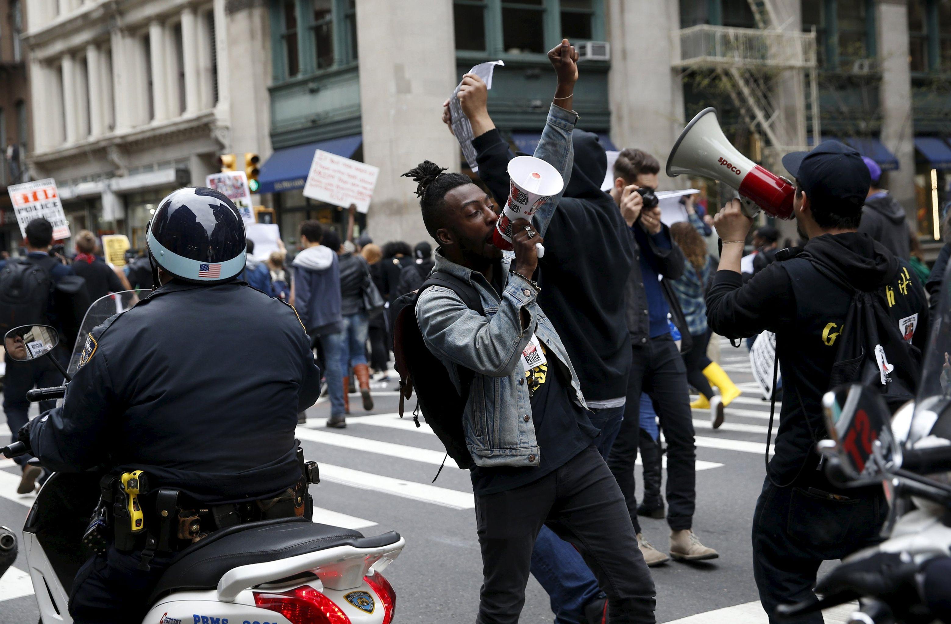 Le minoranze di New York protestano contro la crudelta` poliziesca