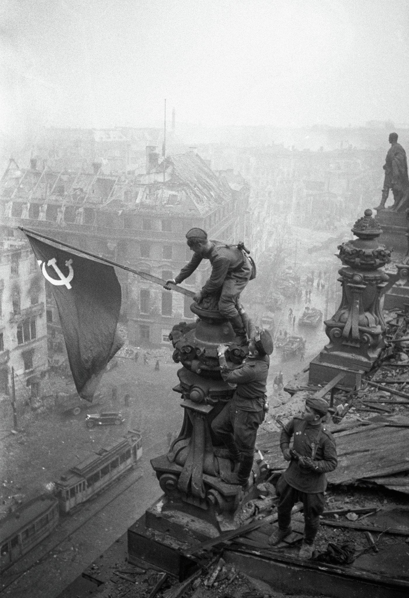 La bandiera dell'Armata Rossa sul Reichstag.